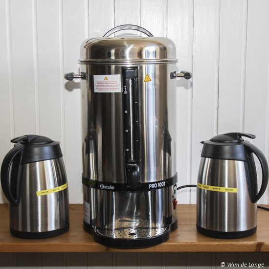 Koffiezetter (percolator) en heet water ketel